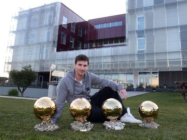 Con cuatro, es el jugador con más Balones de Oro de la historia. ¿Quién le entregó el último?
