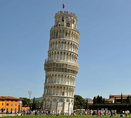 La torre de pisa es una metedura de pata arquitectónica.
