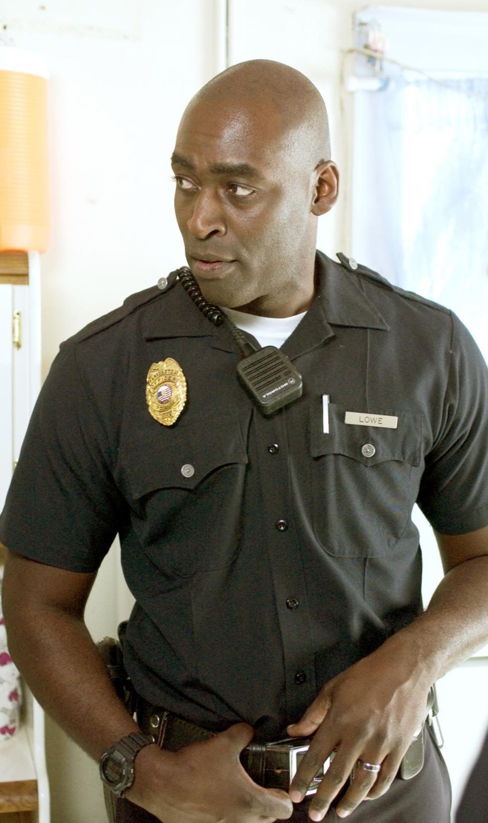 El patrullero Julien Lowe (Michael Jace) tiene un secreto durante gran parte de la serie, ¿Cuál?