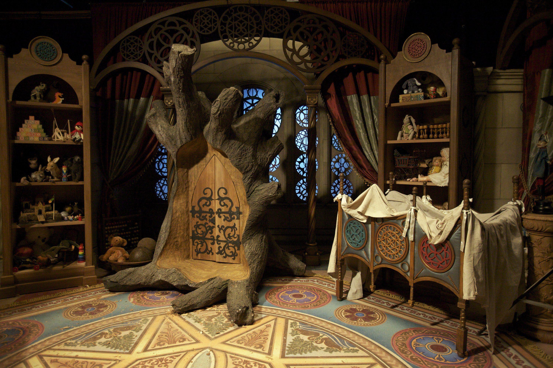 ¿Que otro personaje de cuentos vino además de Emma a la Tierra sin Magia a través del armario mágico?