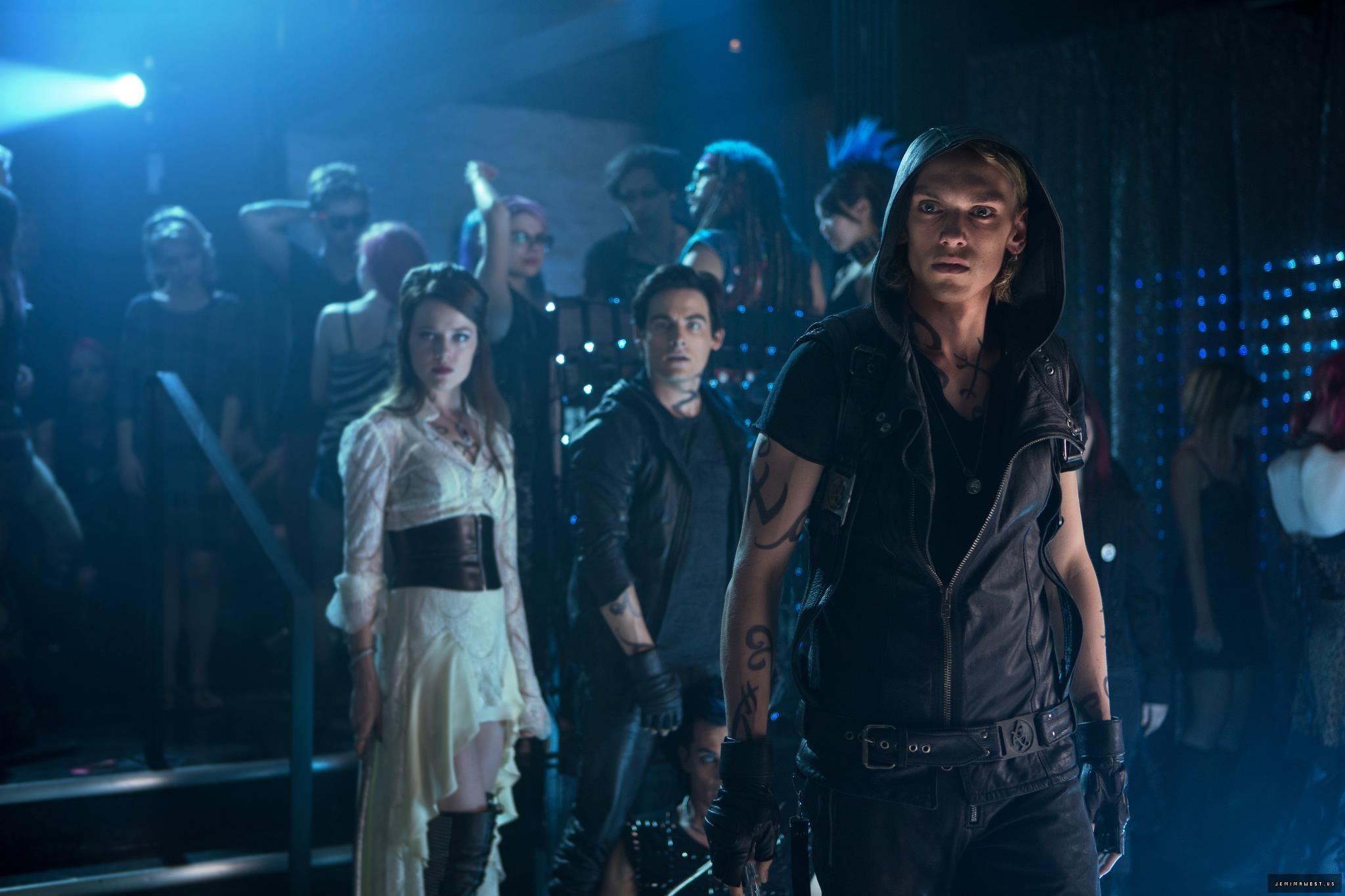 ¿Cómo se llama el club dónde Clary ve a Isabelle, Alec y Jace por primera vez?