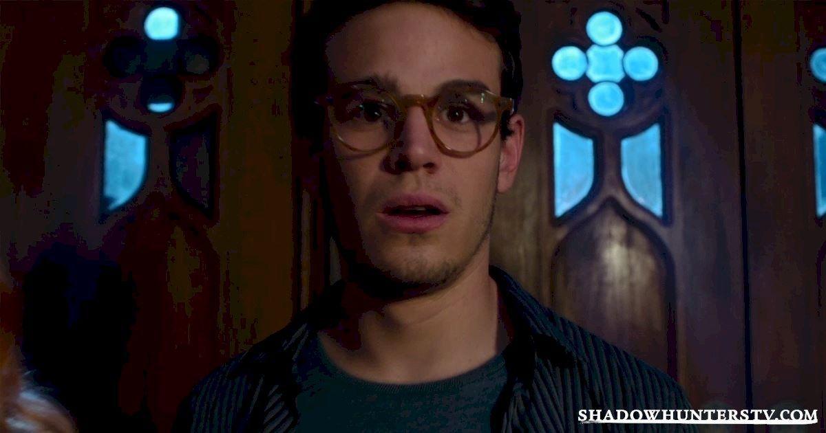 ¿Qué le ocurre a Simon en la fiesta de Magnus Bane?