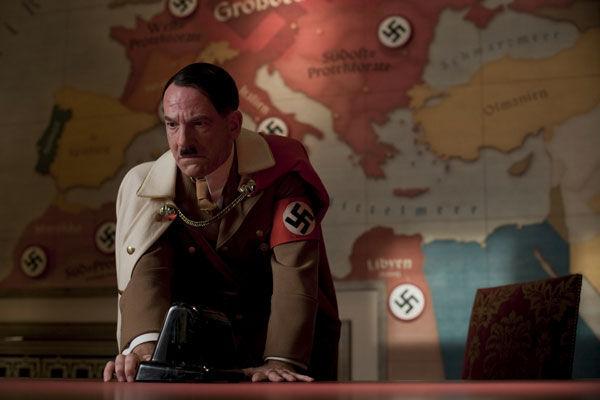 Y para terminar. ¿Cómo muere Hitler en la película?