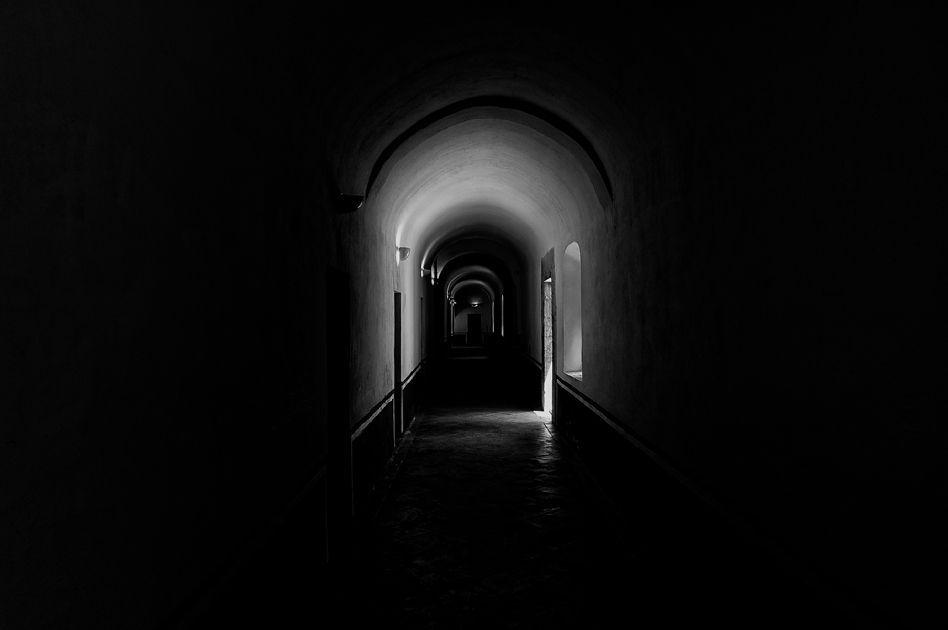 Al salir me encuentro con un pasillo oscuro en el cual no veo el final.