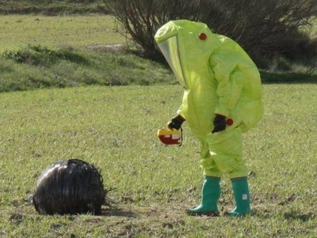 Seguimos con los extraños acontecimientos, esta vez un objeto extraño ha caído en un campo cercano, tu...