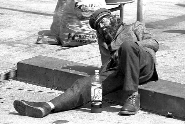 Vas dando un paseo y te encuentras al borracho del pueblo tirado en una acera. ¿Qué haces?