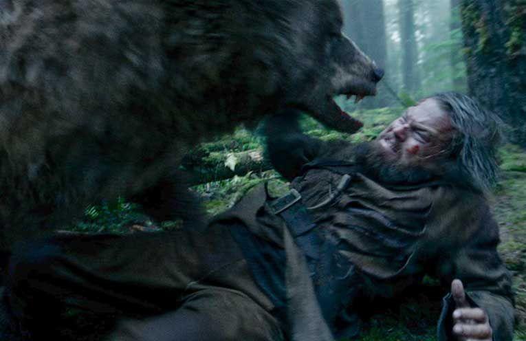 Te quedas aislado y mal herido, tirado en un bosque. Cerca tuyo, hay un campo de soldados enemigos. ¿Que harías?