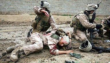 En medio del combate ves que un compañero tuyo recibe un disparo en el pecho. ¿Cuál es tu reacción?
