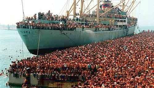 ¿Aproximadamente cuántos albaneses viven fueran del país actualmente?