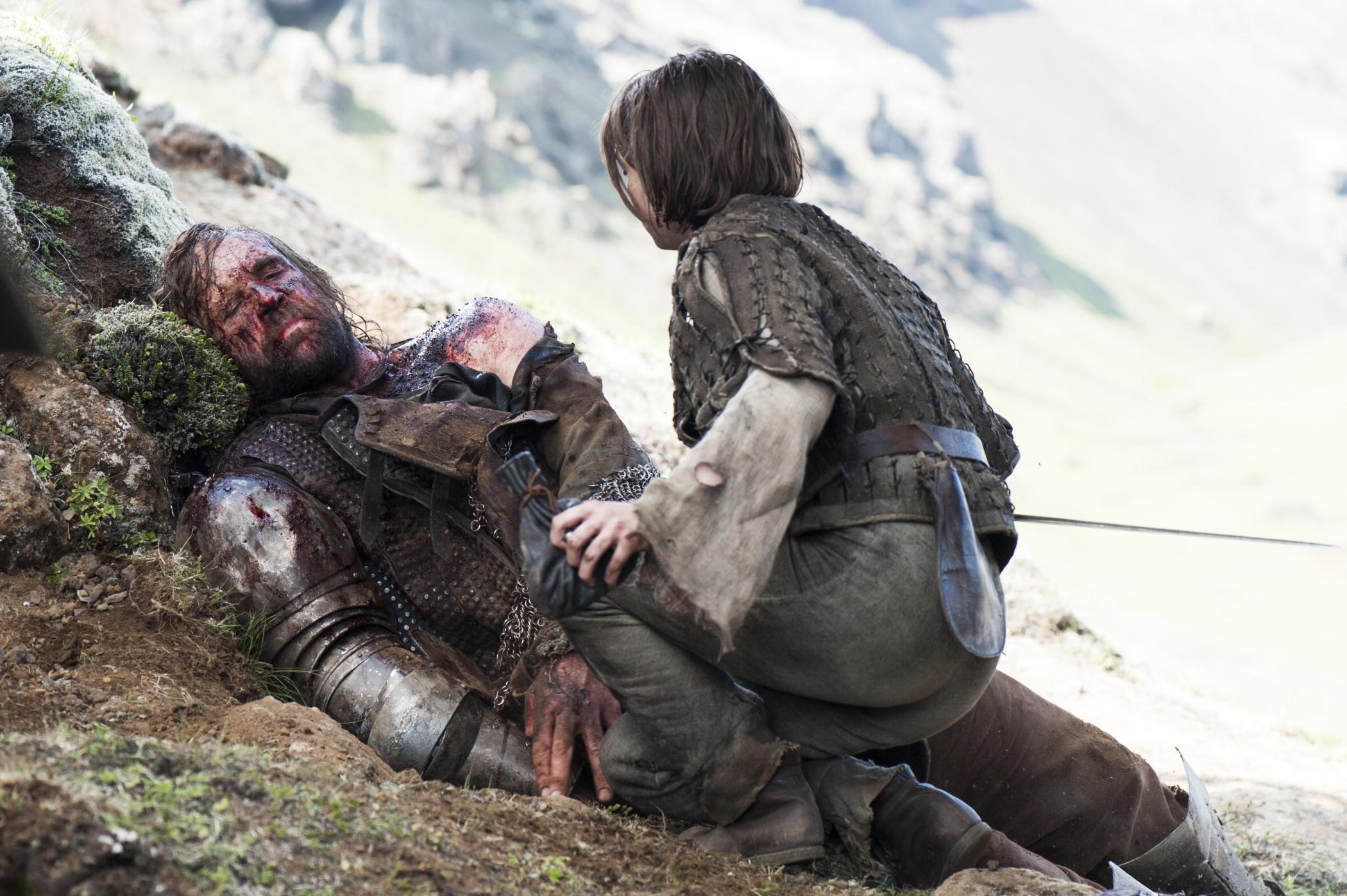 Arya abandona al Perro mal herido y se niega a acabar con su sufrimiento.