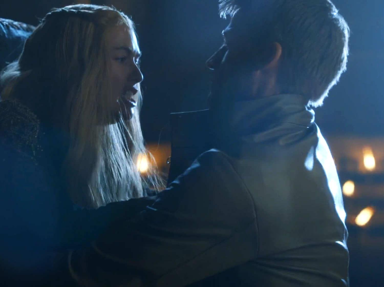 Cersei mantiene relaciones sexuales con Jaime, delante del cadáver de su hijo.