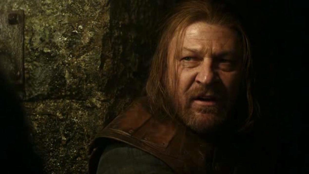 Varys visita a Ned Stark en las celdas para intentar hacer que entre en razón y reconozca ser un traidor, para intentar salvarle
