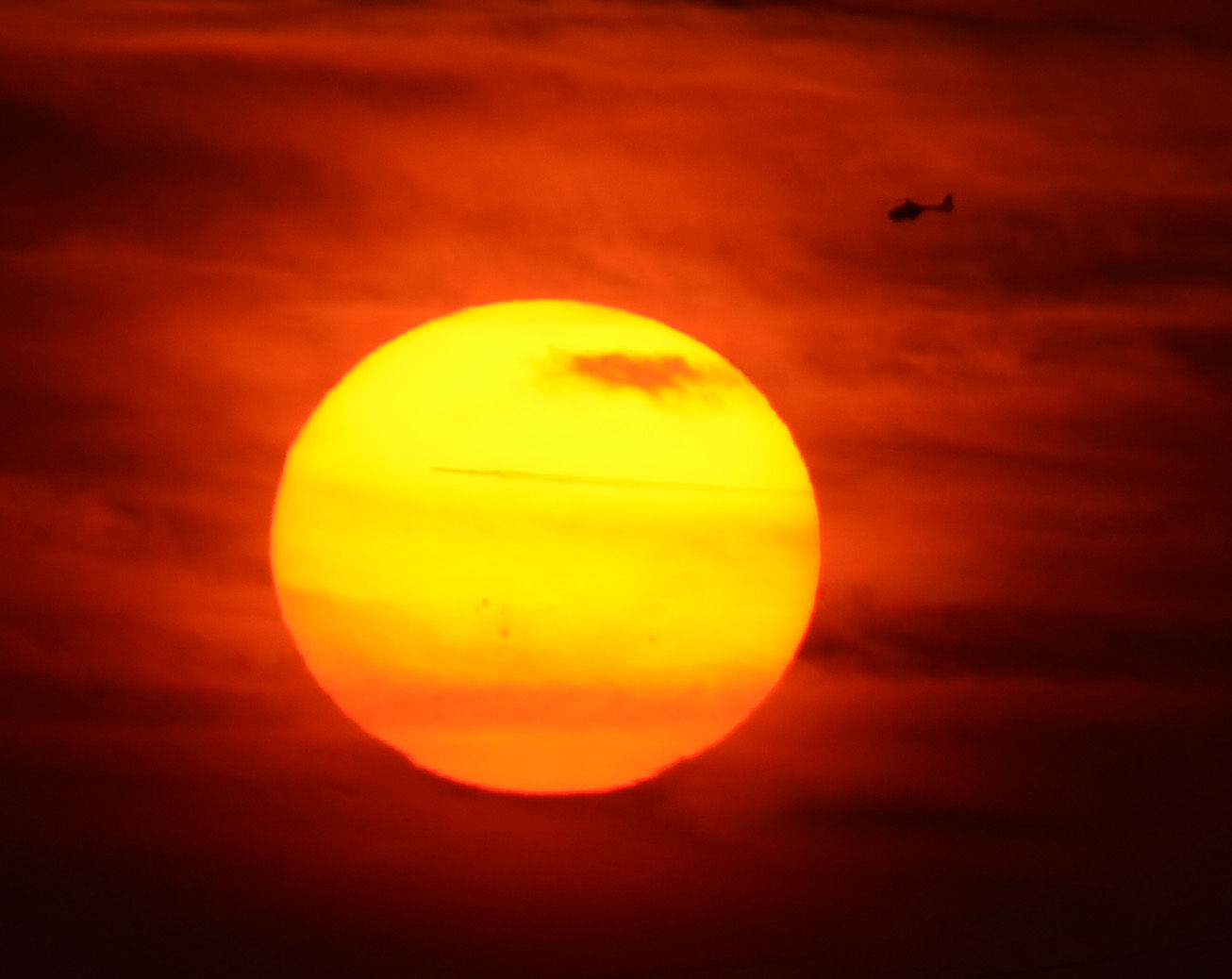 Si un rayo de luz pasa cerca de un objeto masivo, como una estrella...