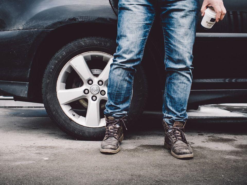 Un hombre pluriempleado vende una rueda para poder pagarse la gasolina
