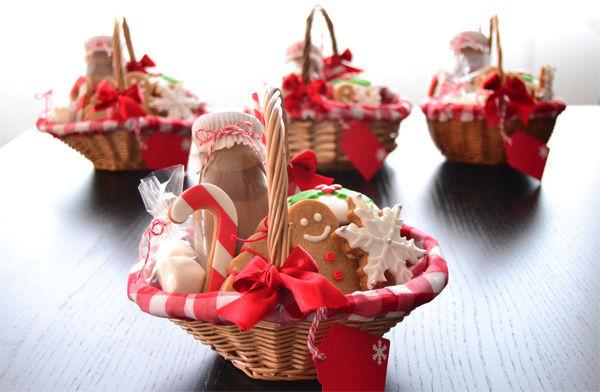 Llega a tu casa una cesta de Navidad con muchos dulces y chocolatinas...