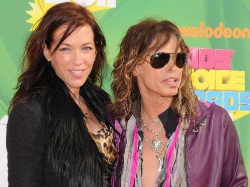 ¿Quién es la chica de al lado del cantante Steven Tyler?