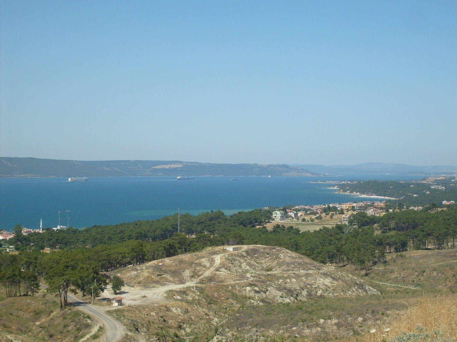 ¿Y qué dos mares une el estrecho de Dardanelos?