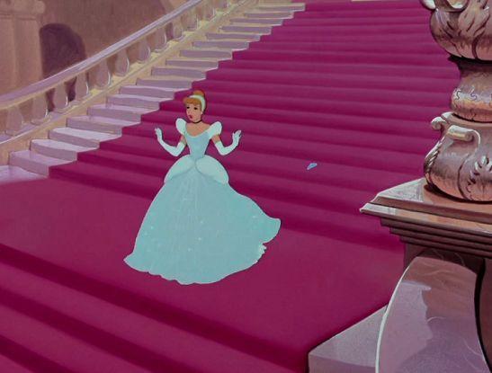 ¿Qué zapato es el que se deja Cenicienta en las escaleras?