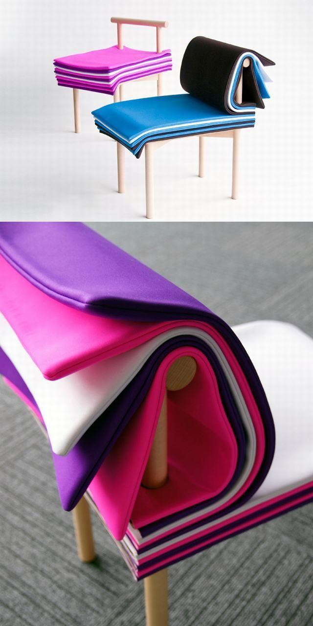 Una silla con páginas que puedes acomodar a tu gusto.