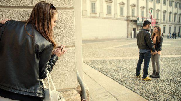 Ya no os veis tanto como antes, ha perdido cierto interés por ti. Un día lo/la ves con otra persona muy acaramelados ¿qué haces?
