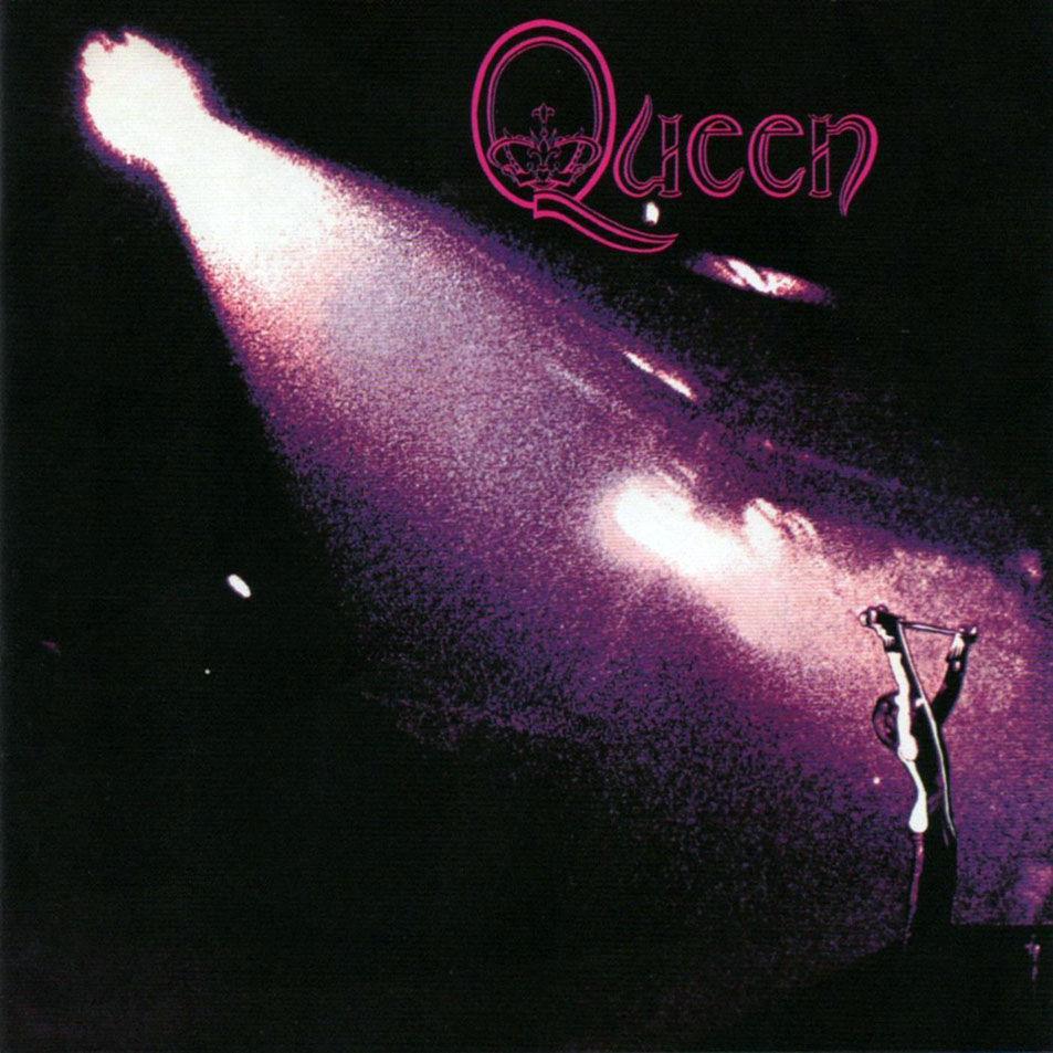 ¿Qué logo aparece en su primer álbum de estudio?