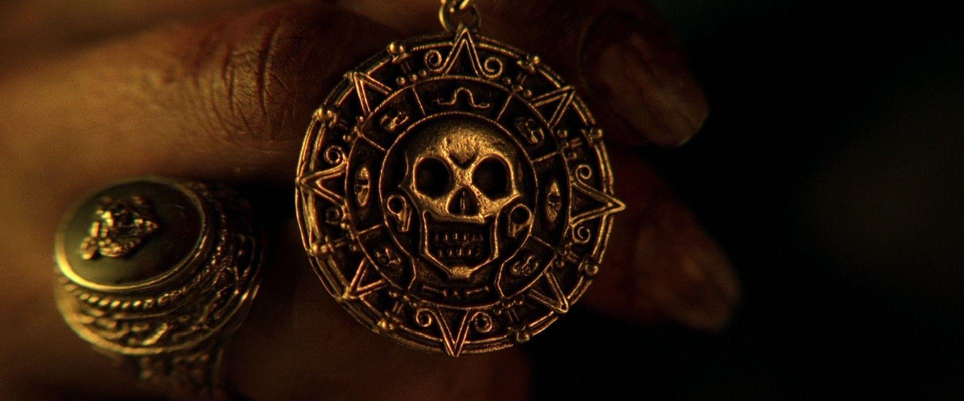 Elizabeth posee un medallón que finalmente llama a la Perla Negra. ¿Cómo ocurre?