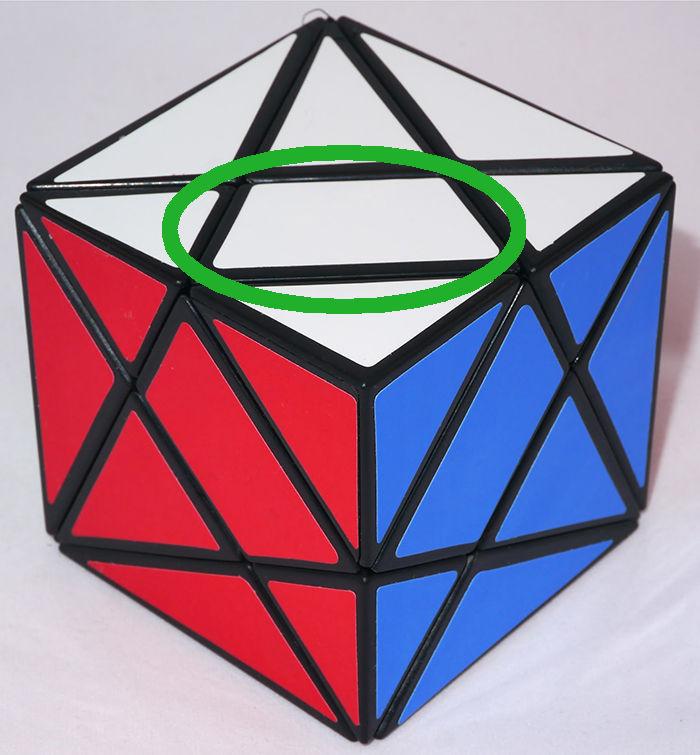 En la siguiente modificación de un cubo de Rubik's 3x3x3, ¿que función hace la pieza señalada?