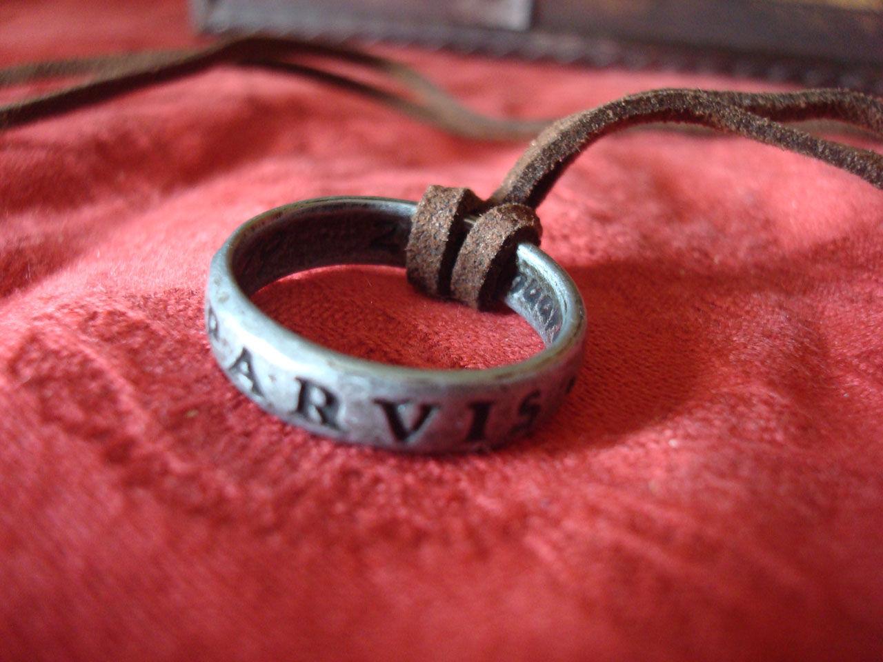 """¿Qué significa la inscripción """"Sic Parvis Magna"""" del anillo de Drake?"""
