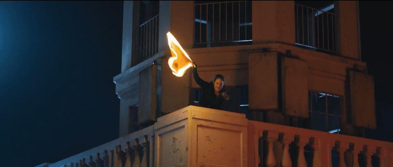 ¿Qué hace Tris para encontrar la bandera del otro equipo?
