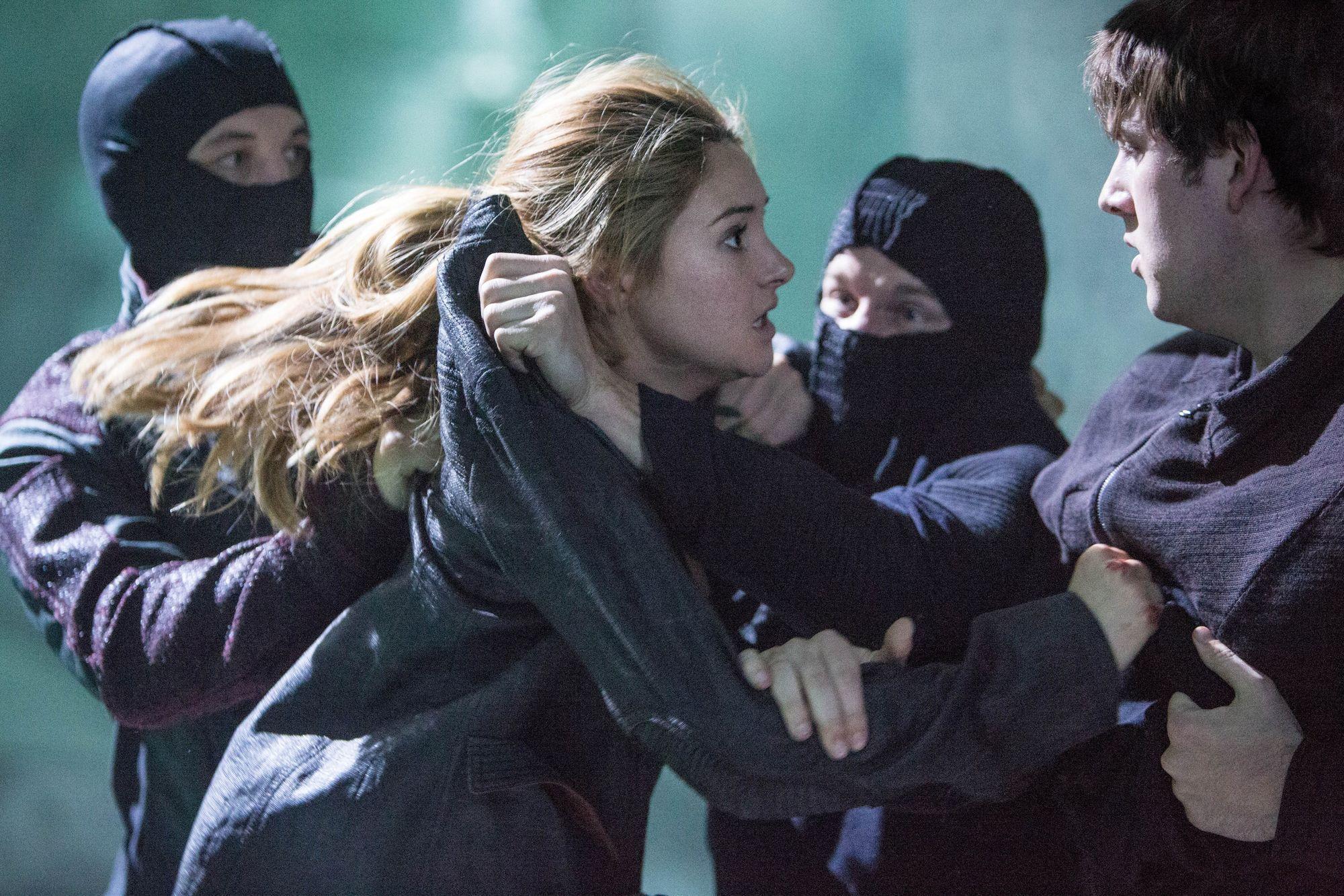 ¿Qué hace Jeanine para conseguir que Tris se entregue a Erudición?