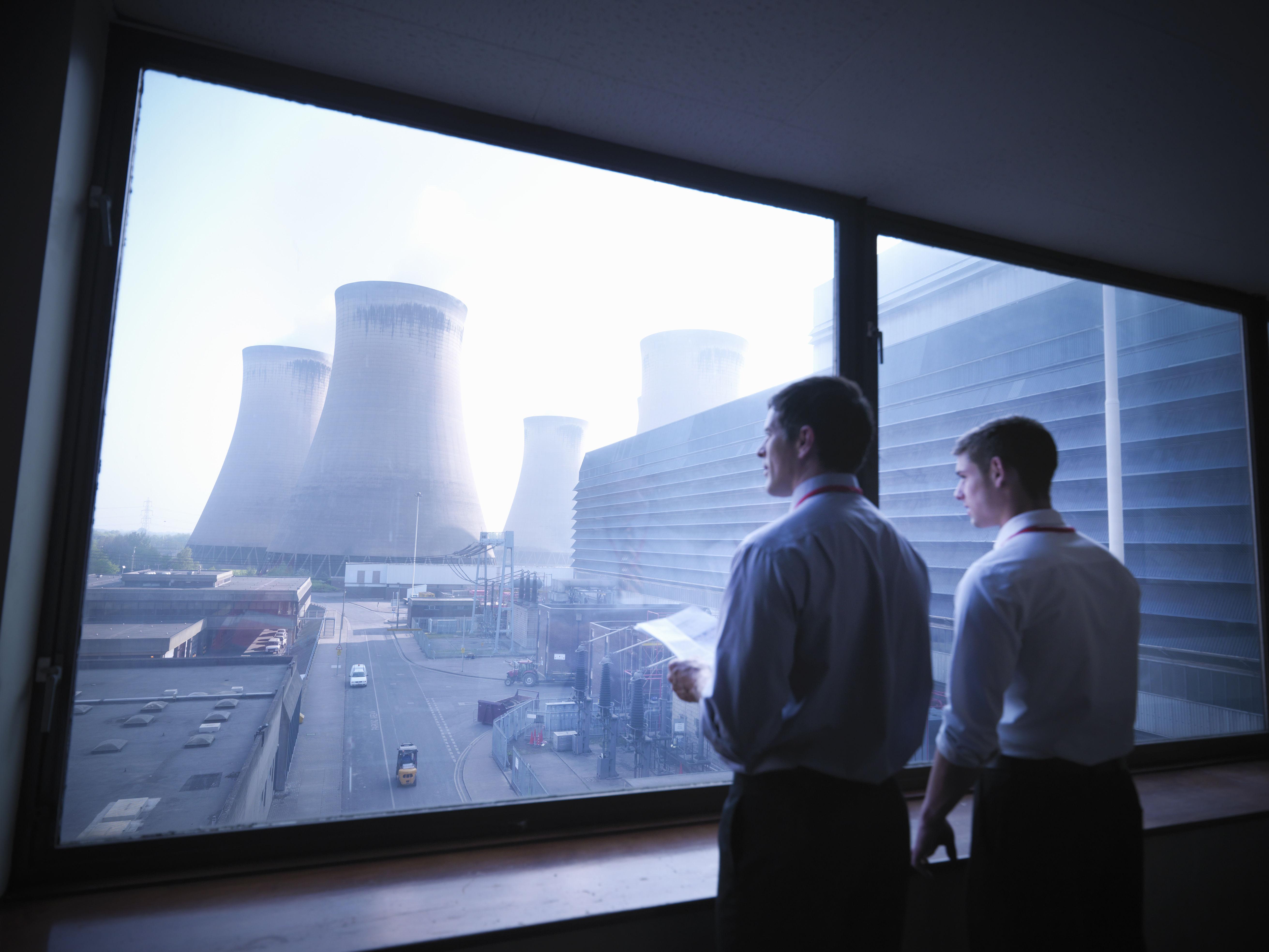 ¿Cuál de estos elementos se requiere para generar energía nuclear o fabricar bombas atómicas?