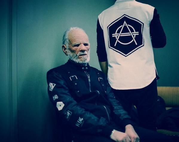 ¿En qué videoclip se transforma de anciano en el año 2068?