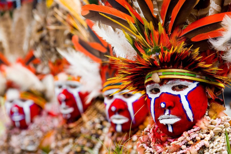 Hablemos de los aborígenes de Oceanía. ¿Qué peculiar característica física es distintiva de los melanesios?