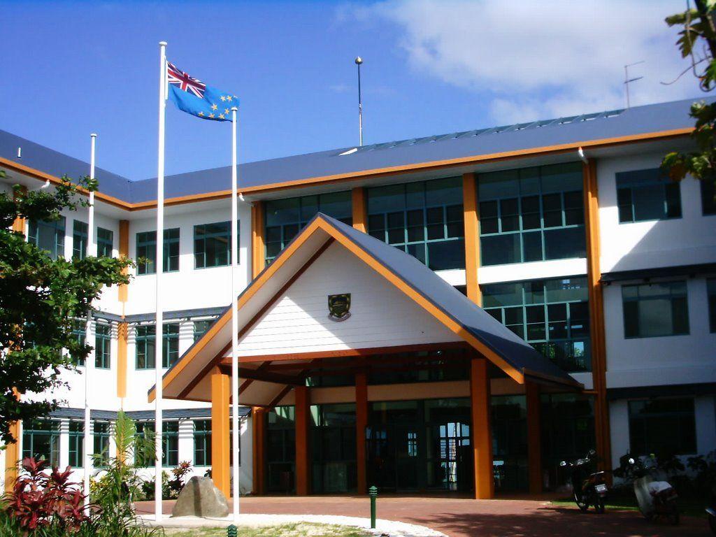 Pregunta de economía: ¿Qué inusual fuente de ingresos supone casi el 10% de las ganancias anuales del gobierno de Tuvalu?