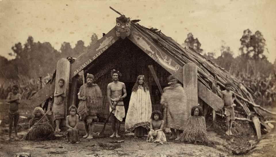 Pasemos a repasar la historia de Oceanía. ¿Sobre qué siglos fueron habitadas por primera vez las islas de Nueva Zelanda?