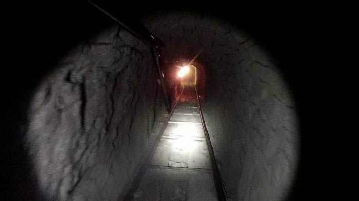 Horario: Dormir   Vuelves a tu celda y tu compañero te espera, te dice que cabó un tunel desde hace mucho y te lo enseña...