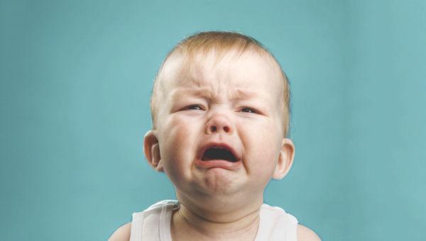 Estás en un autobús y oyes a un bebé insoportable llorar, ¿qué haces?
