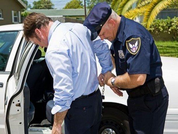 Un guardia civil ve el accidente y os arresta a los dos ¿Qué piensas?