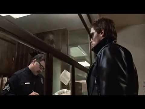 En comisaría todo está correcto y decides marcharte pero escuchas en la puerta unos tiros
