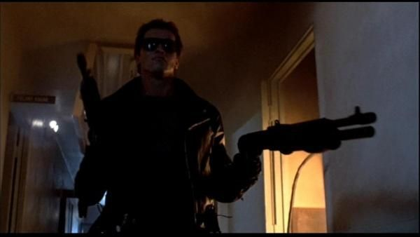 Mientras los tiros se escuchan más cerca encuentras en la oficina de un policía un tubo de gás, gomina, un spray y un mechero