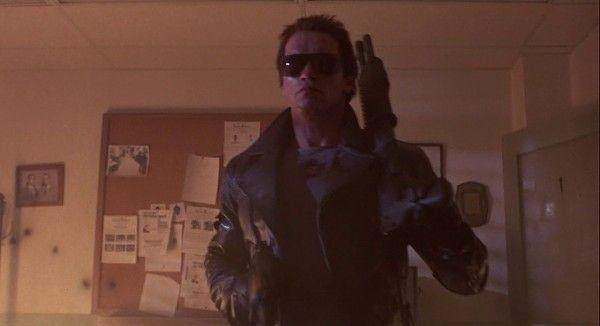 Rompes la tubería del gas, cojes el spray y el mechero y cuando entra el hombre en la habitación...