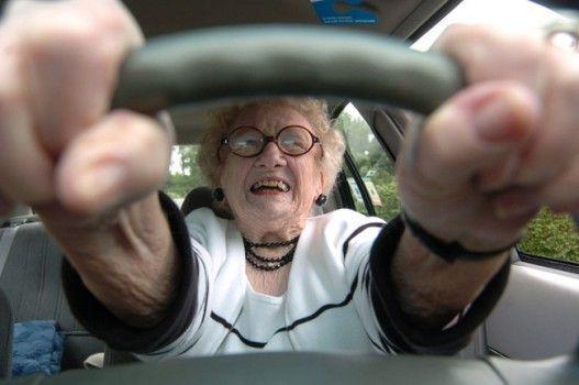Sales del concesionario con tu coche nuevo y en el primer semáforo te da un toque una señora mayor: