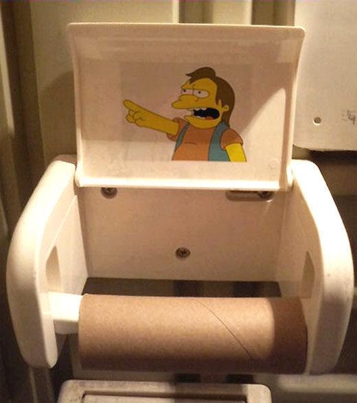 Después de usar el baño en la casa familiar de tu novi@ descubres que no hay papel higiénico: