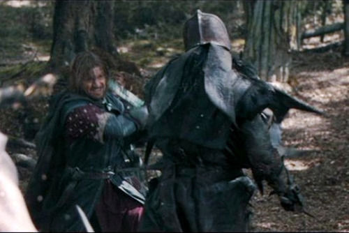 Eres Pippin (o Merry) en Amon Hen. Boromir esta luchando y pronto necesitará ayuda. ¿Qué haces?