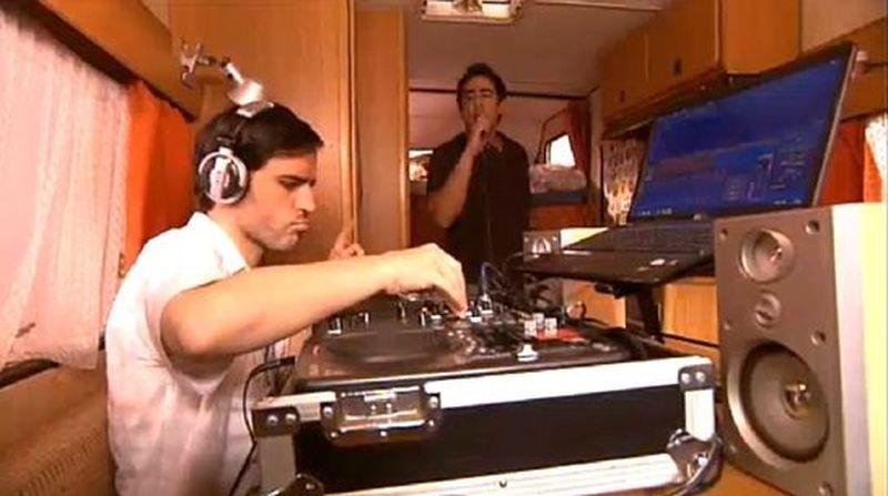 ¿Cómo se hace llamar Teodoro cuando se hace DJ?