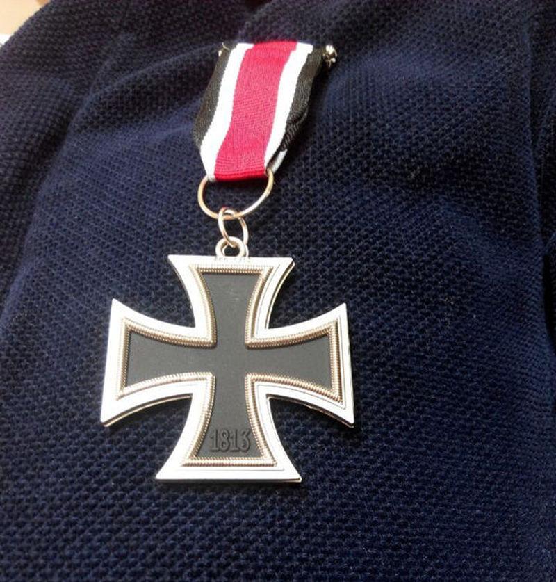 La tienda ha abierto. Tu primer cliente te trae una medalla de la segunda guerra mundial.