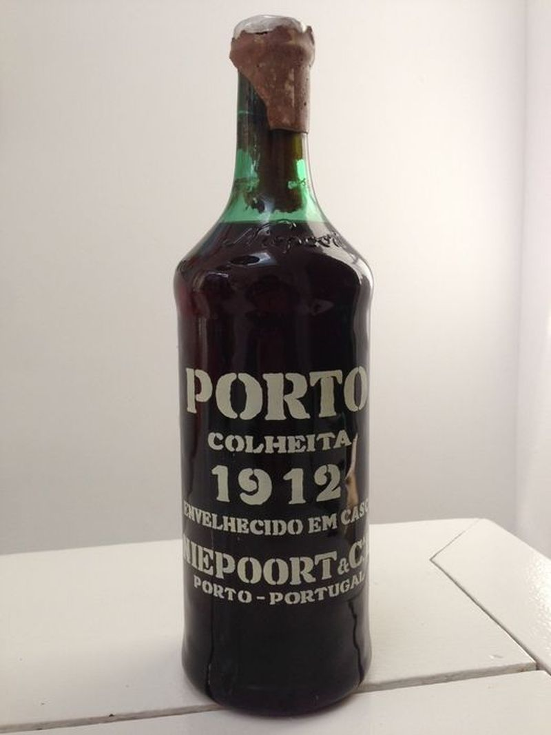 Segundo cliente. Te trae una botella de vino de 1912. Te pide 300$