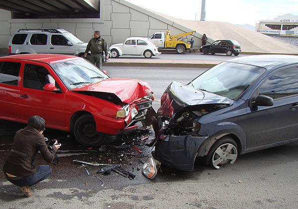 Vas conduciendo y otro coche choca con el tuyo, sabes que fue su culpa ¿cómo reaccionas?
