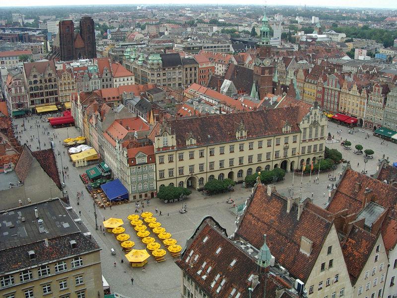 Hablando de ciudades, ¿a qué región histórica pertenece la ciudad centroeuropea de Wrocław, conocida en español como Breslavia?