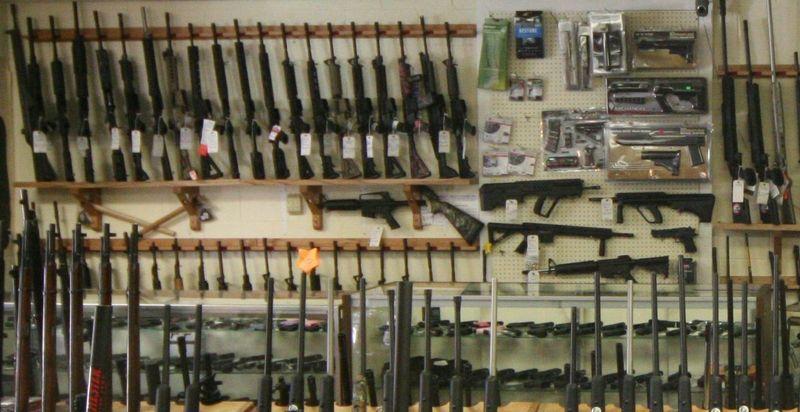 En la puerta del depósito encuentras al encargado de las armas convulsionando ¿Qué haces?